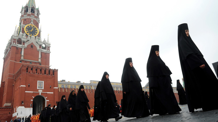 ITAR-TASS: MOSCOW, RUSSIA. MAY 24, 2013. A religious procession in the Red Square to celebrate the Day of Slavic Written Language and Culture, connected with the names of Slavic enlighteners, Cyril (Kirill) and Mephodius. (Photo ITAR-TASS / Sergei Karpov)  Россия. Москва. 24 мая. Во время крестного хода на Красной площади в День славянской письменности и культуры. Фото ИТАР-ТАСС/ Сергей Карпов